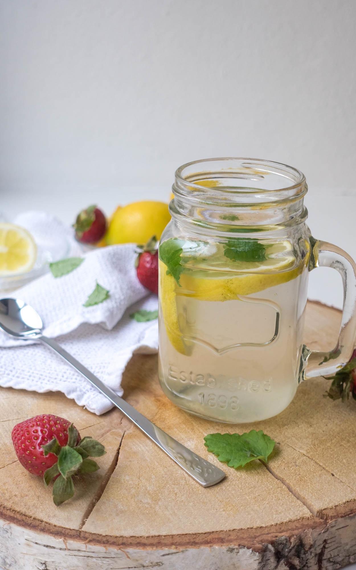 Warme Zitronenlimonade für kalte Tage